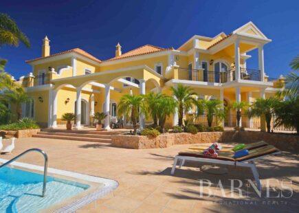 Luxuosa moradia com quatro suites, vista sensacional para o mar e bela piscina infinita